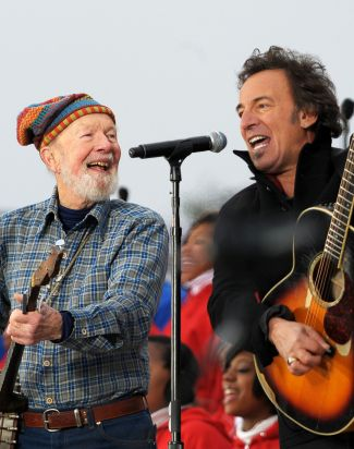 pete seeger obama inauguration with bruce springsteen2