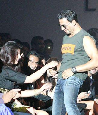 akshay kumar levis jeans unbuttoned