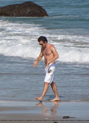 jake-gyllenhaal-beach-shorfts