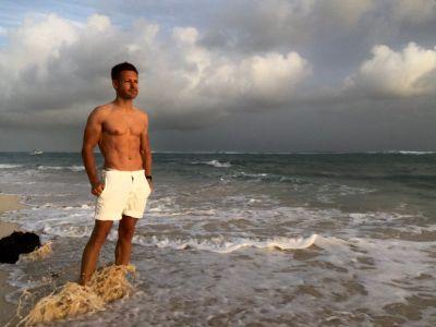 Tomasz Schafernaker body beach shirtless