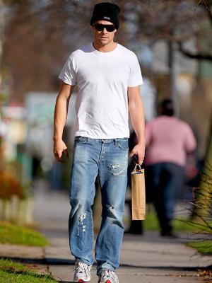 blue jeans white shirt men fashion style - josh duhamel
