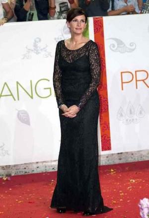 celebrity black dress julia roberts