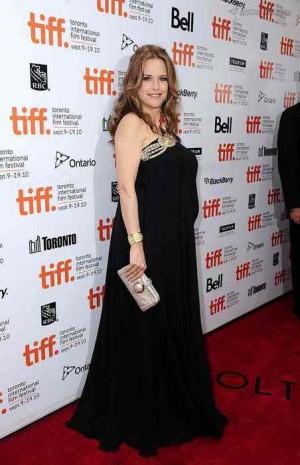 kelly preston maternity dress