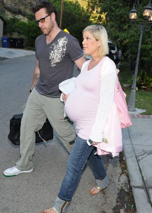tori spelling wears paulina maternity dress