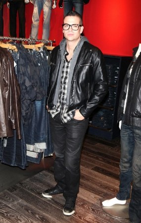 black jeans for men - guess jeans - celebrity wearing guess jeans - mark salling
