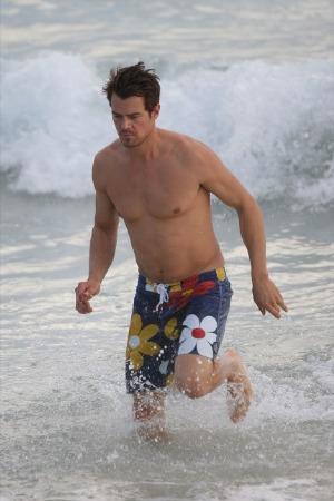 celebrity beach short photos - josh duhamel