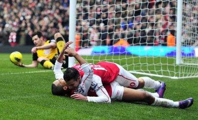 football players kissing Robin Van Persie and Theo Walcott
