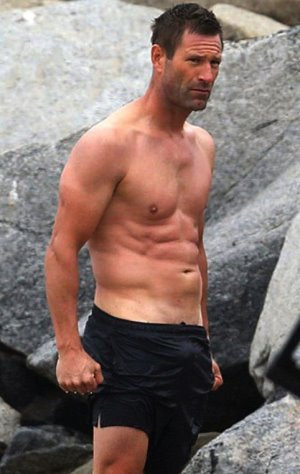 aaron eckhart shirtless dad bod