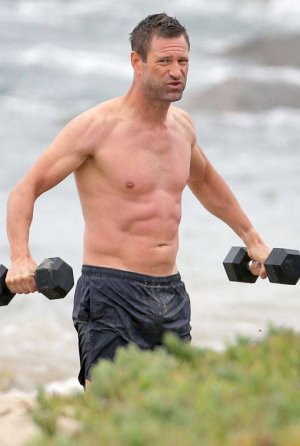 aaron eckhart shirtless workout