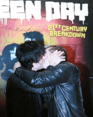 billie joe armstrong gay kiss with tre cool
