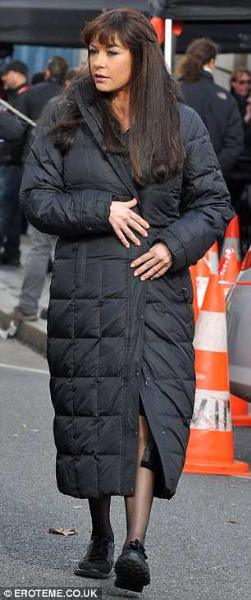 bruce willis red 2 - mary louise parker in winter coat