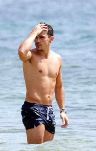nuno_azevedo_shirtless_beach