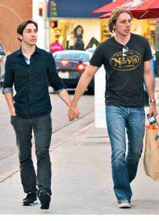 dax shepard justin long - gay lovers holding hands