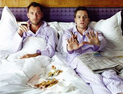 jude law with ewan mcgregor in bed