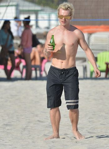 alfie allen shirtless beach body