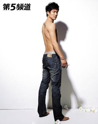 Cai Yun shirtless badminton hunk