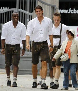 mario gomez and bayern munich teammates in lederhosen