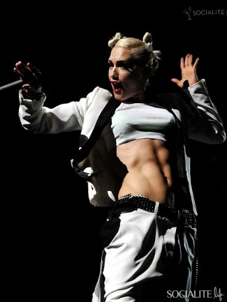 women with washboard abs - gwen stefani