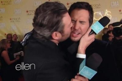 luke bryan gay kiss with blake shelton