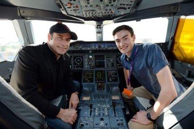 hot plane pilot - tom hall with john travolta - youngest pilot2