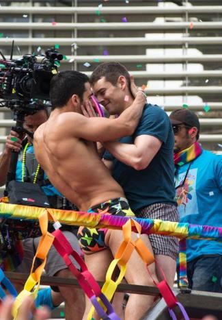 brian j smith gay kiss miguel silvestre sense8-4