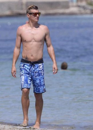 toni kroos shirtless in ibiza