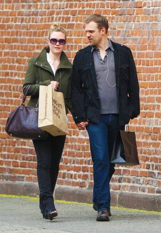 david harbour girlfriend - julia stiles