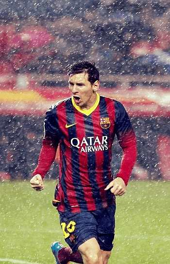 footballers playing wet in the rain - lionel messi