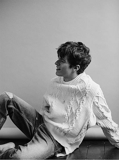Fionn Whitehead hot sweater