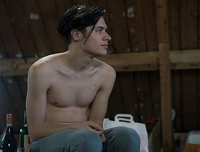 Gijs Blom shirtless in De Mannentester