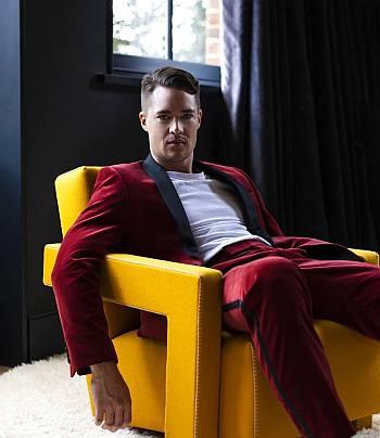 Alexander Dreymon hot men in suit