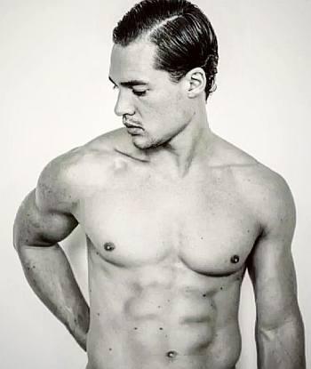 Alexander Dreymon shirtless abs