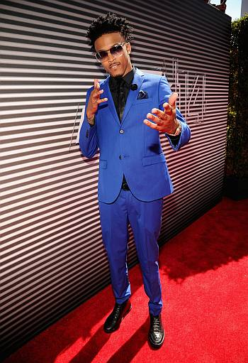 august alsina sexy in mens suit - red carpet