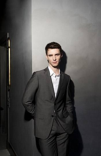 harry lloyd suit no tie look