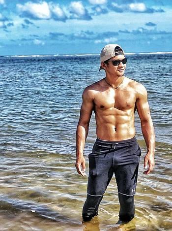 iko uwais body in the beach
