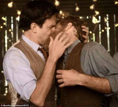 Jason Sudeikis gay kissing will forte in mumford and sons video