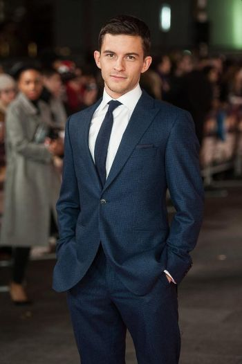 Jonathan Bailey hot in suit and tie - red carpet