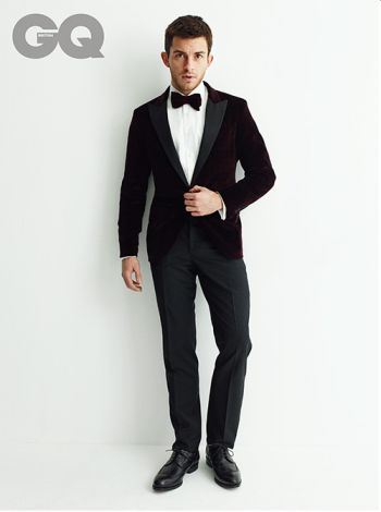 Jonathan Bailey hot in suit and tie