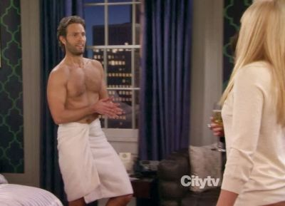 tom parker shirtless body in 2 broke girls
