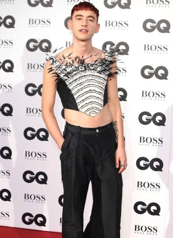 olly alexander style red carpet