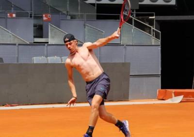 Denis Shapovalov shirtless on court training